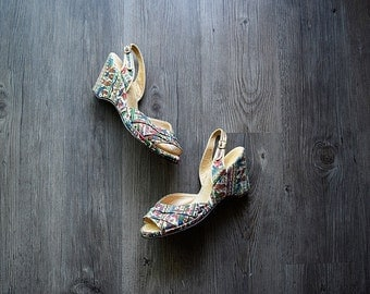 1940s 1950s wedges . vintage 40s novelty print shoes