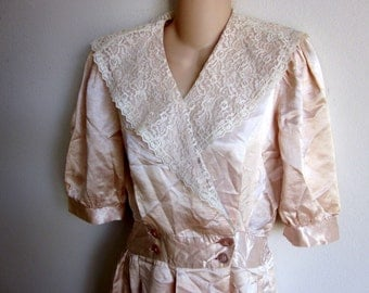 Vintage dress dressing robe  nightgown peach & lace 40's/50's era S