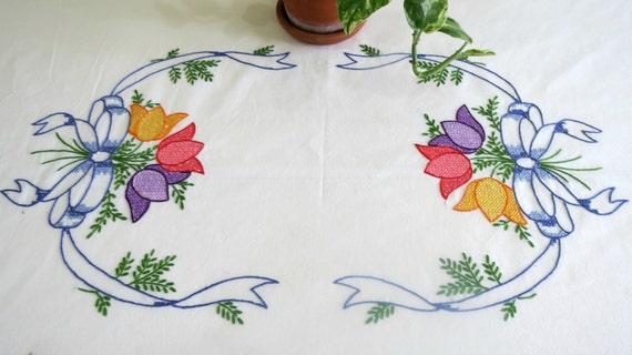 Mantel bordado mano tulipanes color púrpura por thesweetbasilshoppe
