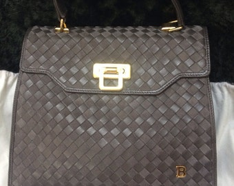 Vintage Bally grey, charcoal / taupe intrecciato leather handbag with gold tone closure in classic kelly style. Golden B logo. Masterpiece