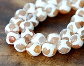 Faceted Dyed Agate Dzi Beads, White and Tan, 10mm Round - 15 inch strand - eGR-AG909-10