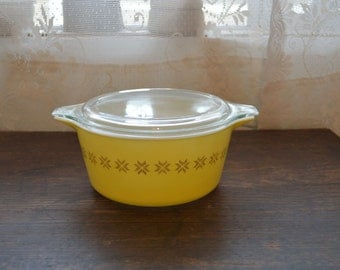 Vintage Pyrex Town and Country casserole dish yellow 1 1/2 quart