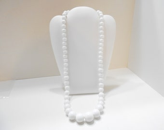 "Vintage 25"" White Plastic Beaded Necklace (2077) 10mm"