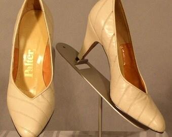 s136 Unworn Vintage 1970's Bone Colored Pumps Heels 6B