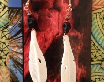 Skull feather dangle earring (black)