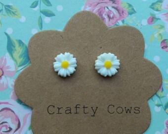 Little white daisy earrings tiny white flower earrings Daisy stud earrings - 9mm daisy flower stud earrings small flower earrings uk