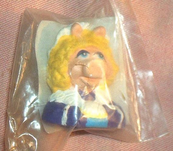 The MUPPET CHRISTMAS CAROL Hardee's Premium Miss Piggy