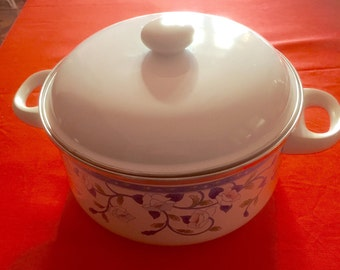 Pot and its lid enameled vintage 70, decor blue flowers on white background, in excellent condition