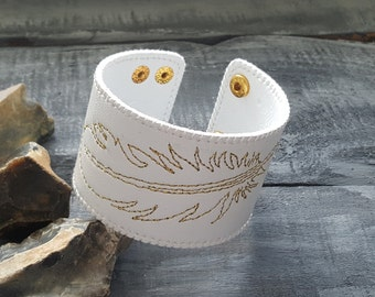 White leather bracelet. Leather cuff. Leather feather bracelet. Leather jewelry. White and gold. Boho bracelet. Boho jewelry. Bohemian cuff.