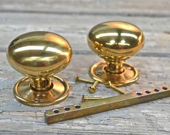 A pair of classic Victorian style brass door knobs OP1