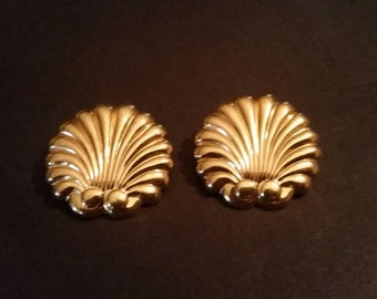 Vintage Gold Shell Scaollop Earrings Costume Jewelry