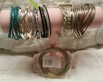 Large lot of 115 gold, silver & colored bangle bracelets (B5)