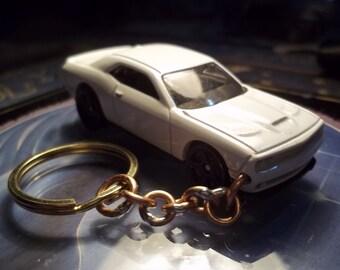 custom made keychain,2015 dodge challenger srt,gloss white w/black mags-mint