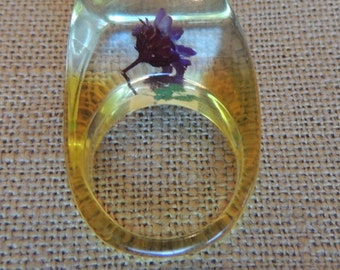 Vintage Lucite Ring with embedded dried flowers