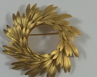 Vintage Gold Tone Circular Leaf Brooch Pin 9649