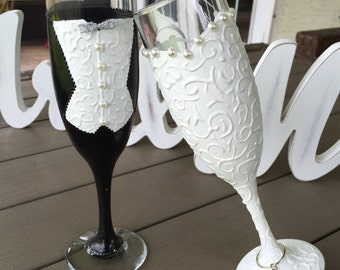 Bride and Groom Champagne glasses, Wedding Flutes,Toasting Wedding Glasses, Pearls, ribbon -- Hand Painted and Decorated -- Set of 2