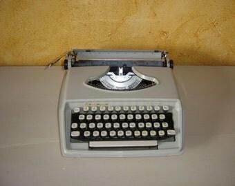Typewriter. Machine à écrire REMINGTON Holiday. Mastic.  Vintage.  Italie