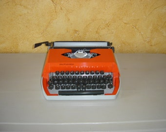 Machine à écrire Primavera orange. Type writer orange. Vintage.