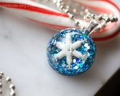 Necklace, Snowflake Jewelry, Snowflake Frozen in Resin, Blue Glitter Necklace, Snowflake Glitter Resin Pendant, Winter Jewelry by isewcute