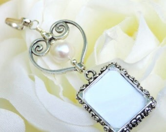 Pearl wedding bouquet photo charm with heart. Remembrance photo charm. Bridal bouquet charm. Sister gift. Gift for the bride. Memorial photo