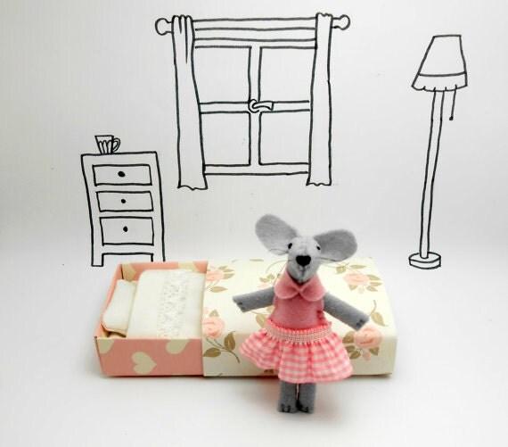 Felt mouse in matchbox, Wool Felt miniature, nursery decor, Baby shower children birthday teens kids gifts