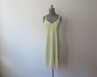 Vintage '60s Carol Brent Pale Yellow Full Slip w/ Simple V-Neck and Lace Bodice, 38, Medium