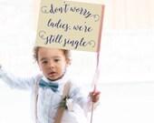 Ring Bearer Hochzeit Zeichen | Keine Angst meine Damen, wir sind immer noch Single | Banner-Fahne | Wimpel Kleinkind rustikale romantische Schreibschrift | Kleinkind 1026