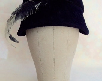 Vintage 1950s Women's Navy Blue Velour Felt Hat with Feathers
