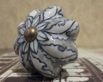 Wine Bottle Stopper - Blue Gray Scalloped Flower Wine Stopper