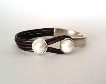 women bracelet, leather and pearl, leather bracelet, style uno de 50, Hook clasp, Silver, gift for women, pearl bracelet