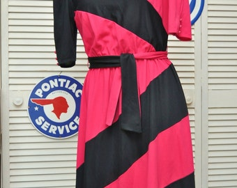 Vintage Womens 80s Dress Magenta & Black Color Block/Bold Geometric Diagonal Stripes/Medium/Costume Theater Secretary Daywear/Fuchsia w/belt
