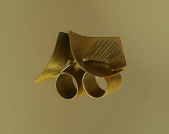 Asymmetrical brass ring with textile fiber