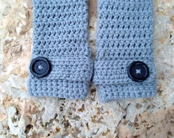 Crocheted fingerless gloves with button