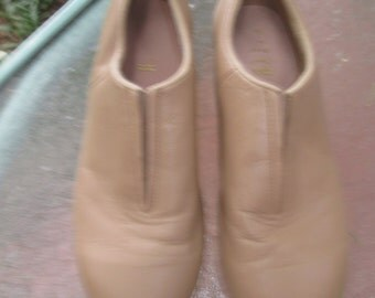 Bloch taupe slip on tap shoes. Barely used. Size 5 1/2 N. Great for the teen tween new dancer. Bloch dance shoes made in Thailand