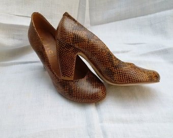 Snake skin effect leather 40's style pumps by Office size 39