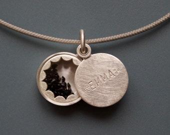 Kleines Glasmedaillon gefüllt mit Vergißmeinnicht-Samen 925/000 Silber mit Wunschnamen