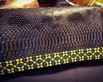 Beautiful pouch wax and synthetic leather.