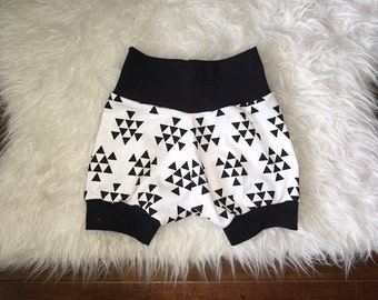 TRIANGLE BUNCH SHORTS; monochrome shorts, black triangle pattern