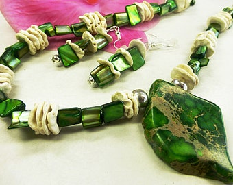 Green mother-of-Pearl set with sea sediment pendant