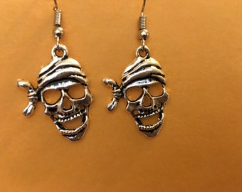 Pirate skull earrings   D17