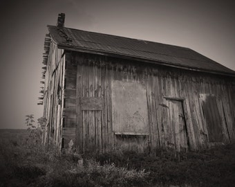 Black and white abandoned barn - photography