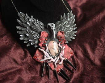 Three-eyed raven in Winterfell necklace