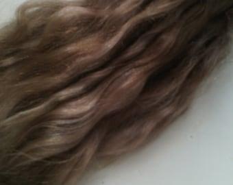 Mohair Premium para pelo de la muñeca. El color es marrón. Longitud de 23 a 26 cm o pulgadas 9-10.