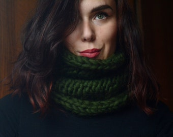 Woollen infinity scarf, chunky hand knitted scarf, green thick wool, for man / woman.