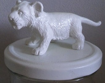 Jar white lion cub