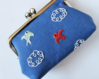 Kiss lock purse frame purse embroidered birds and clouds on marine blue linen hand-embroidery embroidery blue sky bird purse