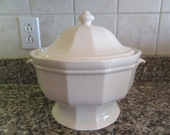 White ironstone tureen with cover- Pfaltzgraff, fine condition, fully functional, solid