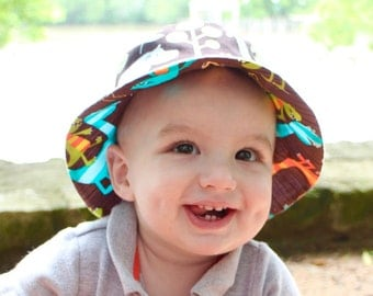 Bucket sun hat for baby boys, reversible with dinos and animals