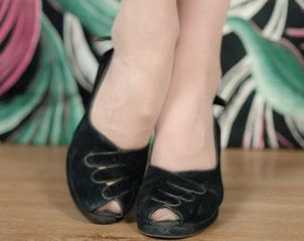 Vintage 1940s Shoes - Stunning Black Suede Surrealist Gloved Hand Cuban Heel Peeptoe Pumps Size 6 N