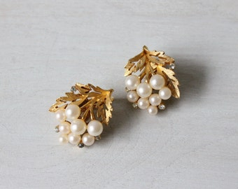 Pearl and Leaf Clip On Earrings / Pearl Clipback earrings / Gold Pearl Earrings / Trifari Costume Jewelry